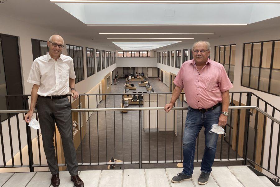 Der Geschäftsführer der Main-Kinzig-Kliniken Dieter Bartsch mit dem Landtagsabgeordneten Heinz Lotz in der neuen Eingangshalle in Gelnhausen